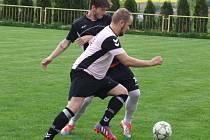 Záchranářské derby mezi posledními fotbalisty Čáslavic-Sádku s předposledními Hrotovicemi (v černém) dopadlo lépe pro hosty.
