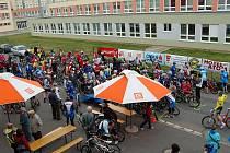 Do třebíčského MTB maratonu se zapojilo 145 závodníků. Na horním snímku okamžiky před startem, vlevo dole účastníci kategorie family na trati, vpravo vítězové hlavní kategorie s celkovým vítězem Tomášek Stunou.