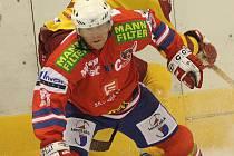 Osmatřicetiletý zadák Marcel Hrbáček (s pukem) povede Třebíč do play off jako kapitán mužstva.