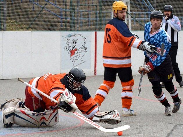 Slza Přibyslavice (vpravo) se musela zápase na půdě jihlavských Flyers spokojit pouze z bodem. V krajském městě po nerozhodném výsledku prohrála na samostatné nájezdy.