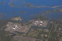 Lokalita (v popředí) s úložištěm ve Švédském Forsmarku. Je umístěno na mořském podřeží. V zadu je jaderná elektrárna s chlazením do moře. Zdejší důl je hluboký pouze 50 metrů.