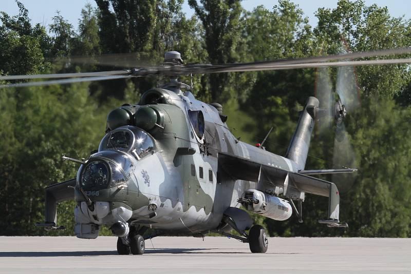Bitevní vrtulník Mi-24, které mají i na letišti v Náměšti nad Oslavou.