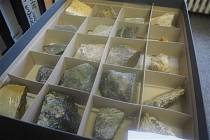 Třebíčské základní školy dostaly od zdejší radnice krabice se sbírkou hornin