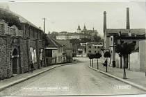 """Bývalá Havlíčkova ulice s pivovarem. Na jeho místě dnes stojí objekty obchodu a služeb lidově """"septiky""""."""