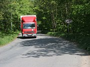 Okříšky zatěžuje množství kamionů, projíždějí tudy směrem k průmyslové zóně v Přibyslavicích a Nově Vsi. Plánovaný obchvat má ale i své odpůrce.