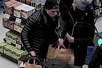Policisté potřebují zjistit totožnost dvou mužů a ženy zachycených na fotografiích.