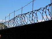 Znesvářené strany od sebe dnes odděluje žiletkový plot, jako ve vězení.
