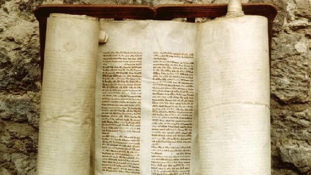 Tóra je svitek pergamenu, na kterém je ručně napsáno pět knih Mojžíšových.