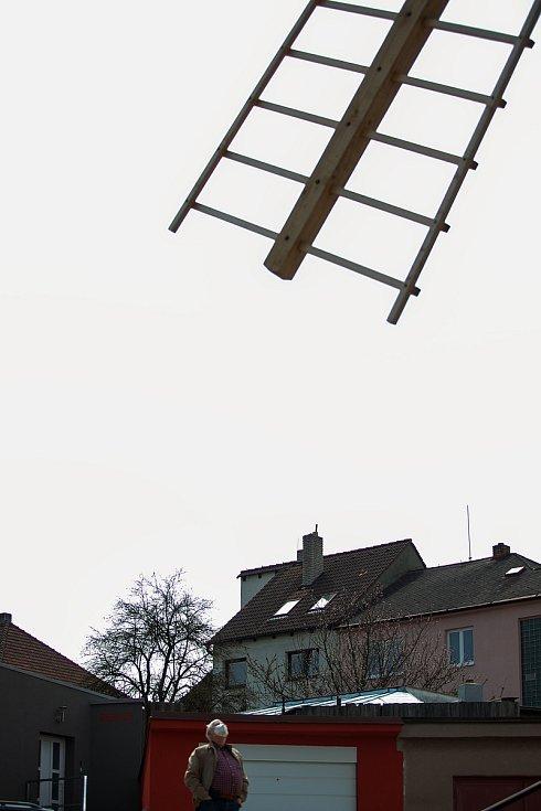 Větrný mlýn, známá turistická atrakce v Třebíči, po rekonstrukci roztočil své mohutné lopatky.