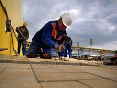 Přípravy na otevření obřího nákupního centra v Třebíči včera nabraly horečné tempo.