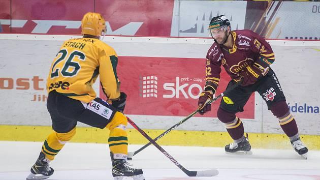 Hokejisté jihlavské Dukly (ve vínových dresech) zvítězili v sobotním utkání pátého kola letošního ročníku Chance ligy na ledě Vrchlabí 2:1 po samostatných nájezdech.