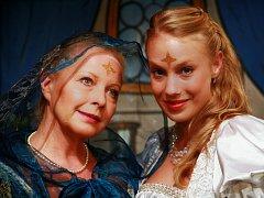 Ladu, princeznu se zlatou hvězdou na čele, hraje Aneta Krejčíková, známá ze seriálu Ulice. Té se zjeví zemřelá matka (Julie Jurištová) a dá jí radu, aby se na útěku před zlým Kazisvětem přestrojila za chudé děvče v myším kožíšku.