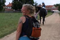 """Ilona Jonášová žije s manželem a dvěma dětmi ve věku sedm a devět let na ranči v Markvarticích na Třebíčsku. """"Pracuji v základní škole Otevřmysl v Třebíči. Působím jako druhý pedagog ve 2.třídě, kde jsem k dispozici chlapci s Aspergerovým syndromem a dále"""