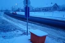 Přechod u nových autobusových zastávek v Pocoucově vznikne, ne však hned. Namalování zebry bude předcházet tvorba projektu, vyjádření Policie ČR a úprava obrubníků.