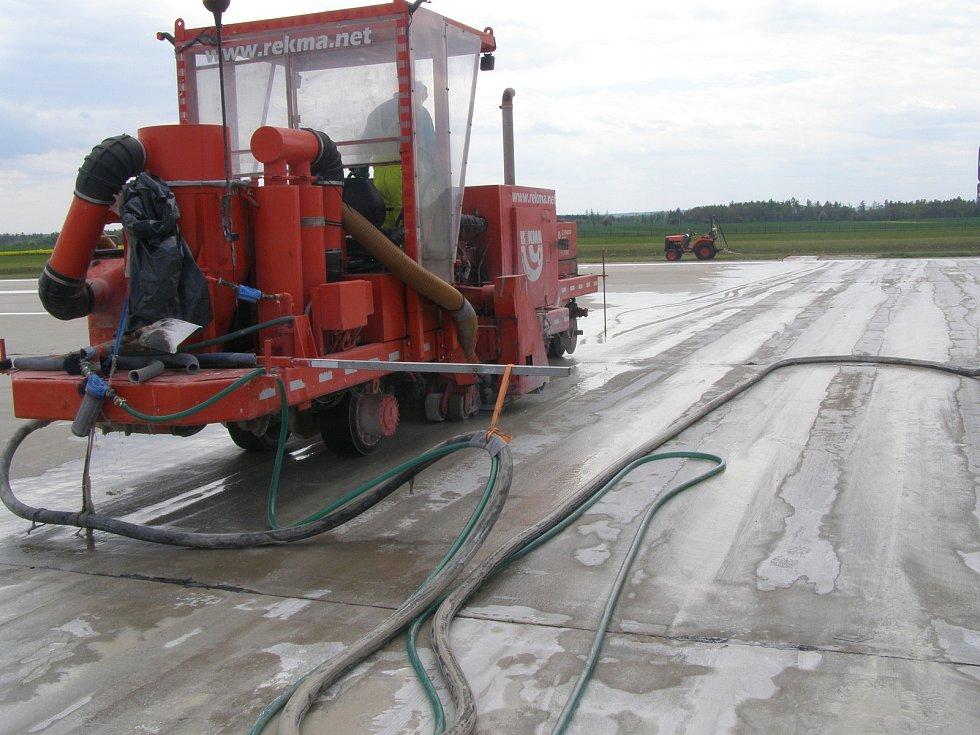 Z opravy ranveje vojenského letiště v Náměšti nad Oslavou, jaro 2020.
