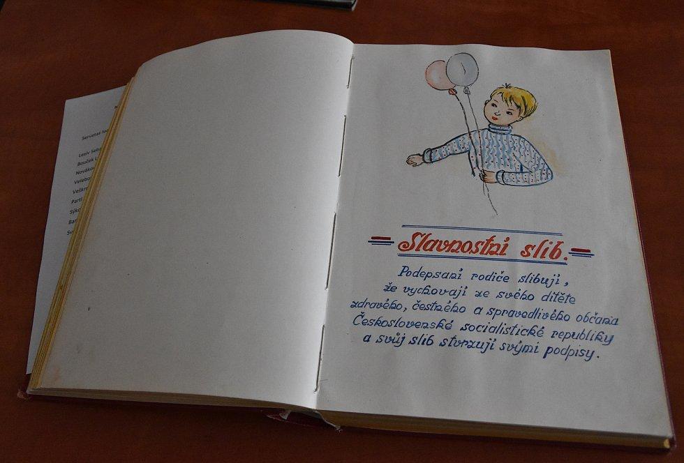 V Přibyslavicích nedávno obnovili slavnostní zápisy narozených do pamětní knihy. Slavnostní sliby doplňují rozmanité kresby a nejstarší zápisy jsou z poloviny 20. století.