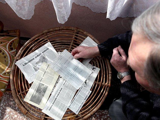 Pan Josef ukazuje výstřížky z novin. Popisují sebevraždy i nešťastný most přes Libušino údolí.