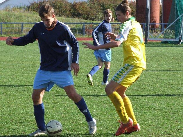 Mladší dorostenci HFK Třebíč (u míče) nastříleli Bohunicím 11 gólů.