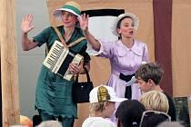 Průvodkyněmi Divadelního dne v zámeckém parku budou kejklířky a žonglérky Aduš a Dáša z divadla Kufr.