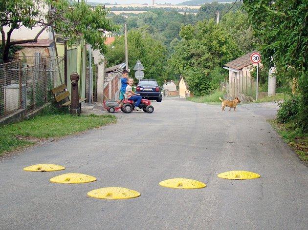 Cesta pod hradem Sádek v Kojeticích.