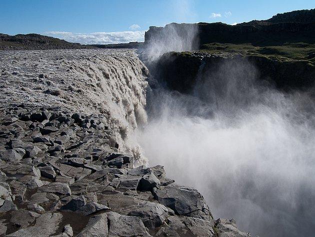 18. Vletní sezóně jezdím na Island autem – přes Německo a pak Dánskem až úplně na sever do přístavu Hirtshals, odkud jednou týdně vyplouvá trajekt Norröna. Plavba na Island trvá osmačtyřicet hodin. No, letošek byl vohrožení vdůsledku koronaviru. Ale vš
