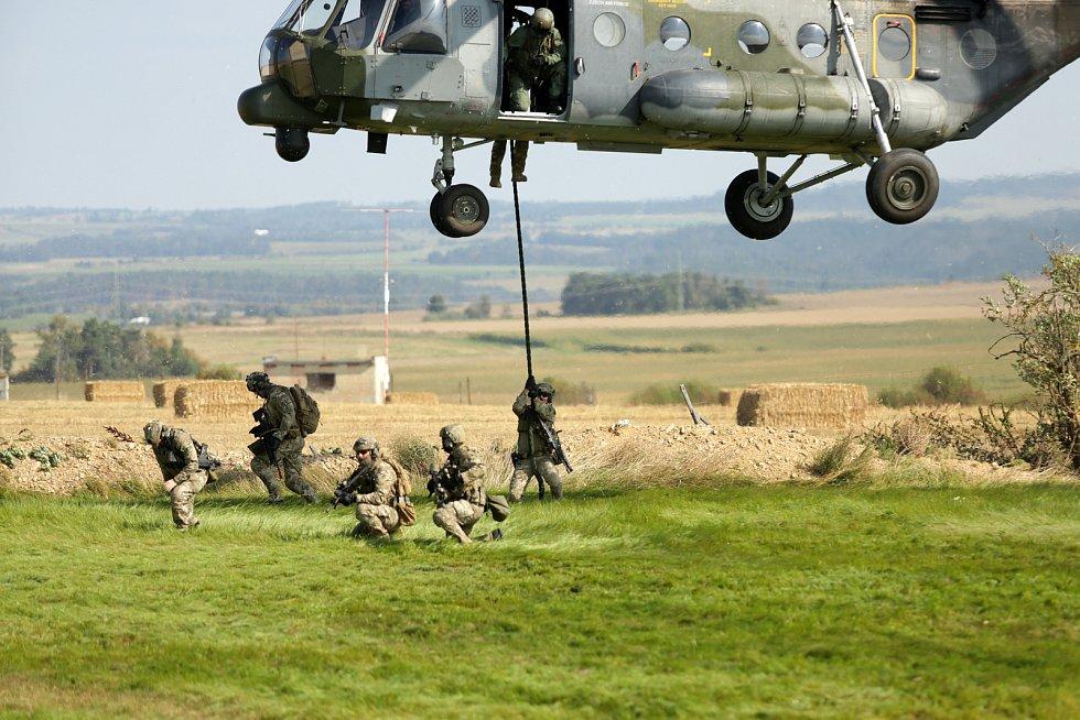 Mezinárodního cvičení Ample Strike, které je zaměřené na sladění předsunutých leteckých návodčí s osádkami letounů a veliteli na zemi v těchto dnech končí.