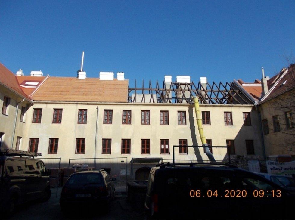 Během oprav došlo i na novou střechu.