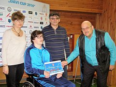 David Novotný převzal na turnaji šek v hodnotě 20 tisíc od nadace FAČR pro rozvoj mládeže.