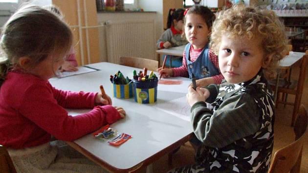 HRA V NOVÉ TŘÍDĚ. Předškoláci z Valče si mohou od listopadu hrát v nové třídě. Vznikla v prostorách základní školy a hotova byla za pouhé