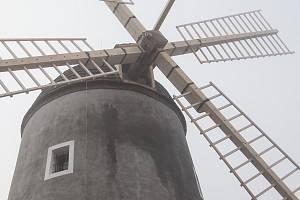 Obnova větrného mlýna v Třebíči.