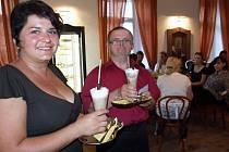 Mezi příjemnou obsluhou se pohyboval v jaroměřické zámecké kavárně v sobotním večeru také číšník Pavel (na snímku uprostřed). Svou pozorností k hostům a také milým úsměvem předčil leckteré číšníky bez handicapu.
