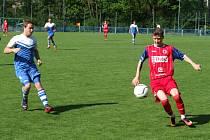 Juniorka HFK Třebíč (vpravo) po porážce od Želetavy (na snímku) prohráli i derby v Budišově.