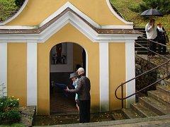 Údajně zázračnou vodu si může z kaple v Dobré Vodě na Jemnicku odvést kdokoli a kdykoli. Malá sakrální stavba zůstává otevřená stále.