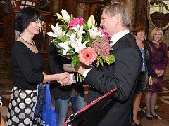Předávání ocenění Knihovna roku ředitelce Marii Dočkalové.