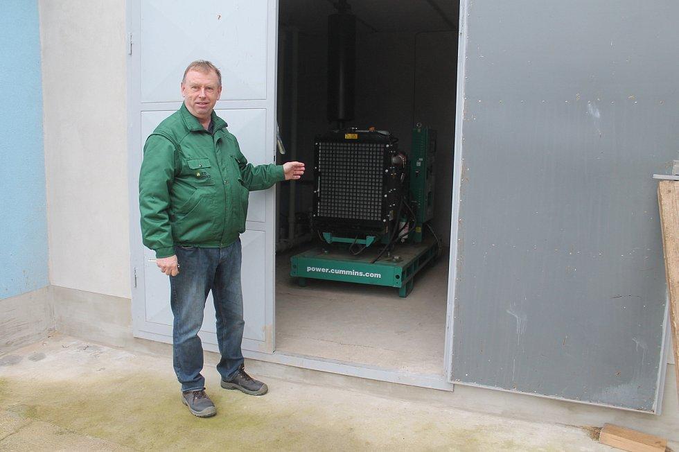 Sumečky africké se jako první na Vysočině rozhodli chovat ve velkém v ZD Hrotovice. Bohumír Hutař ukazuje dieselagregát, který slouží jako důležitý záložní zdroj.