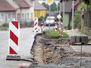 Ve Studenci začínají budovat nové chodníky.