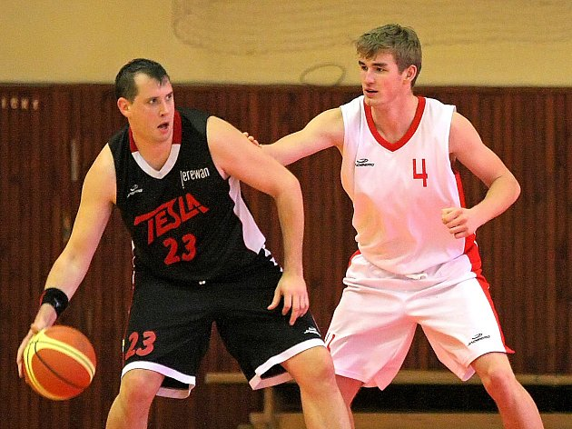 Basketbalisté TJ Třebíč (v bílém) se museli ve čtvrtfinále proti brněnské Tesle obejít celkem bez tří hráčů základní sestavy.