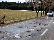 U ZAŠOVIC. S tankodromem musejí počítat řidiči u Zašovic. Výtluky by měly podle silničářů zmizet v následujících dnech.