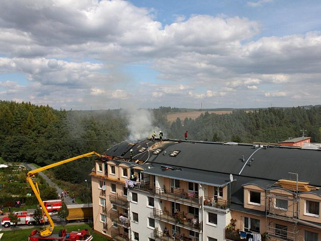 V Třebíči  v ulici Na Kopcích hořela střecha bytového domu.