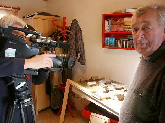 Česká televize natáčela ve středu u modeláře Stanislava Vršky.