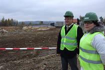 Na obhlídku aktuálního stavu skládky v Pozďátkách vyrazili krajský radní Zdeněk Ryšavý a vedoucí odboru životního prostředí vysočinského krajského úřadu Pavla Bendová.