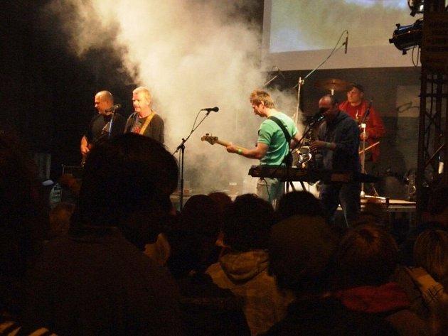 Tradiční letní festival Proti proudu přilákal dobré kapely i publikum, které mělo chuť si zatancovat a užít free zábavu.