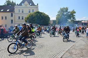 Odstartováno, pole stošestnácti mopedů a motocyklů se vydalo na jízdu Vysočinou