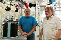 Třebíčský konstruktér Pavel Uhlíř (vpravo) a mechanik Michal Hekrle u nového pletacího stroje.