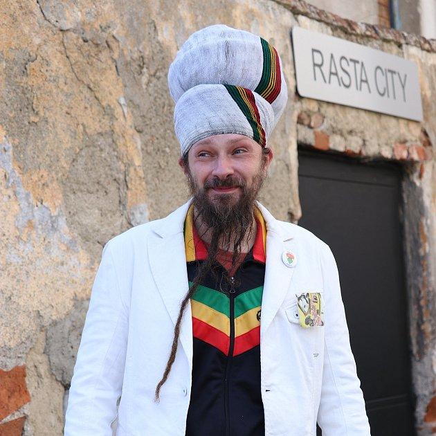 Rasta je ihudebník, skládá písničky vrytmu reggae, malé studio Rasta City provozuje vtřebíčských židech - nyní je vrekonstrukci. Žije vbytě po dědečkovi a jezdí velkým černým mercedesem - byť vyznává skromnost. Vůz koupil levně vbazaru. Stejným toti