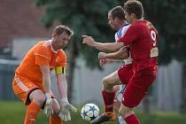 Fotbalové utkání mezi FC Velké Meziříčí B a SK Huhtamaki Okříšky (vlevo brankář Libor Fiala). Petr Jeřábek sázel tipy na svůj oblíbený tým realisticky.
