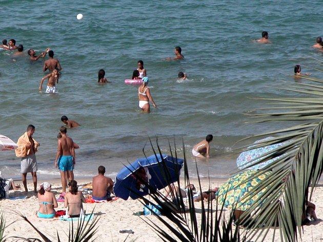 Turisté stále častěji objednávají dovolenou v Řecku.