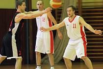 Basketbalisté Třebíče (v bílém) mají za cíl umístit se mezi čtyřmi nejlepšími týmy v tabulce oblastního přeboru. Do konce základní části zbývají už jen čtyři kola.