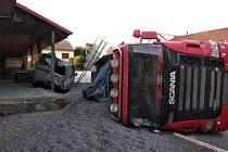 Nákladní auto narazilo do sloupu elektrického vedení.