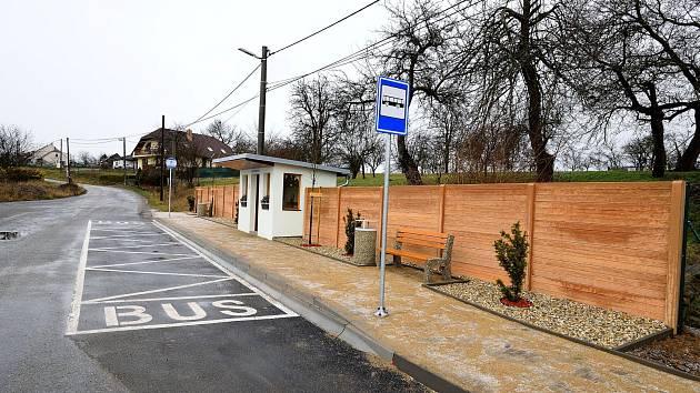 Vsobotu 14. prosince se na návsi sešli občané Hvězdoňovic, aby slavnostně uvedli do provozu nově vybudovanou zastávku autobusu.